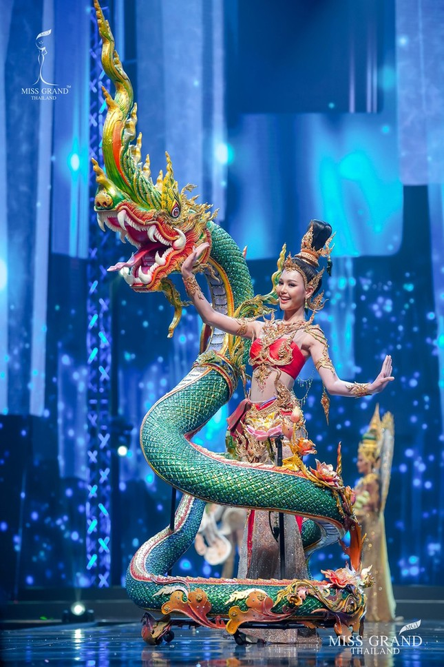 Sốc xỉu với loạt trang phục dân tộc siêu hoành tráng của Miss Grand Thái Lan 2020 ảnh 1