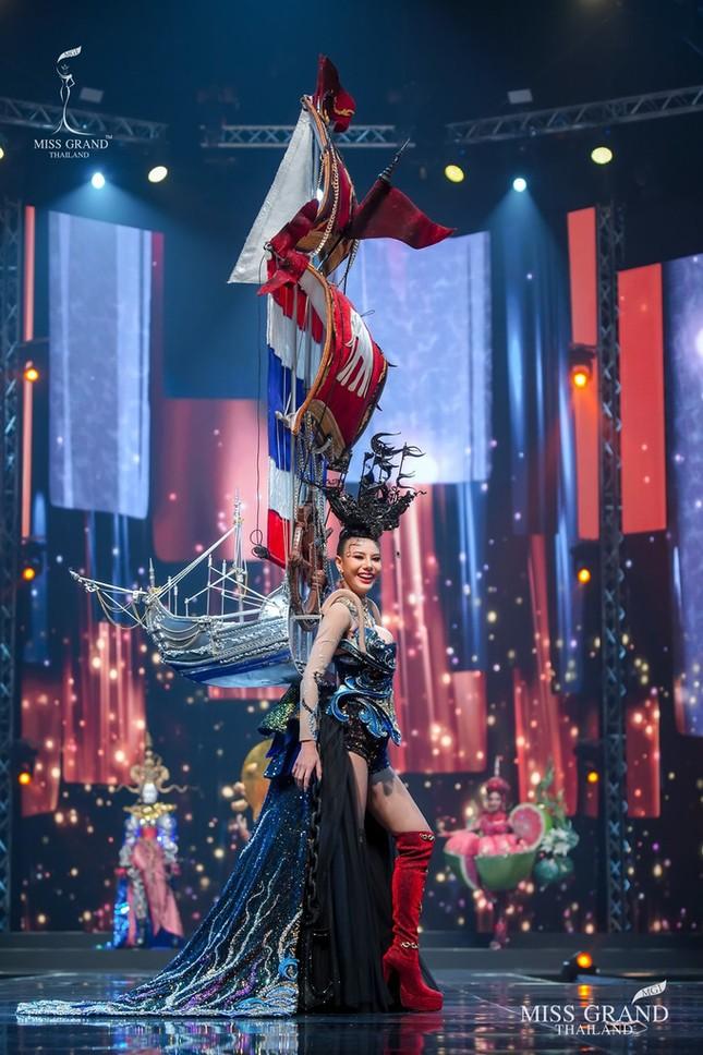 Sốc xỉu với loạt trang phục dân tộc siêu hoành tráng của Miss Grand Thái Lan 2020 ảnh 9