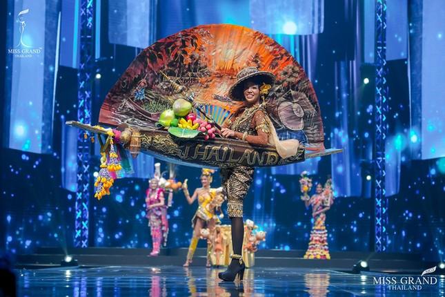 Sốc xỉu với loạt trang phục dân tộc siêu hoành tráng của Miss Grand Thái Lan 2020 ảnh 8