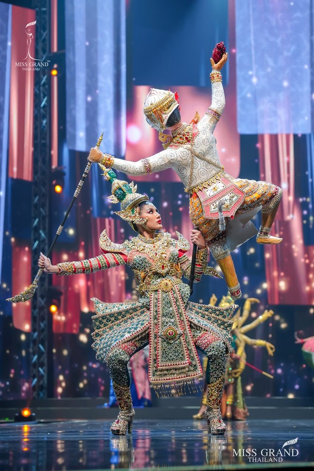 Sốc xỉu với loạt trang phục dân tộc siêu hoành tráng của Miss Grand Thái Lan 2020 ảnh 2