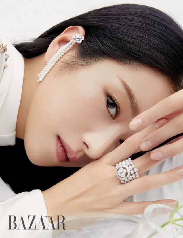 """Seo Ye Ji khiến fan lo lắng vì thân hình """"da bọc xương"""" trên Harper's BAZAAR Hàn ảnh 2"""