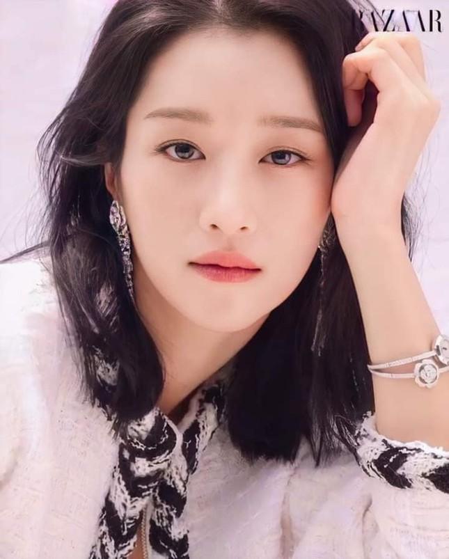 """Seo Ye Ji khiến fan lo lắng vì thân hình """"da bọc xương"""" trên Harper's BAZAAR Hàn ảnh 3"""