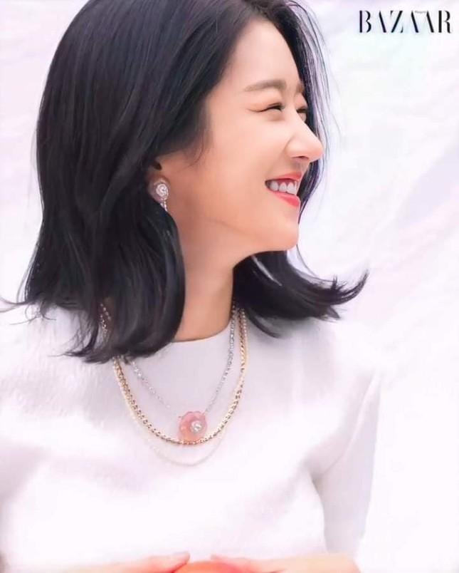 """Seo Ye Ji khiến fan lo lắng vì thân hình """"da bọc xương"""" trên Harper's BAZAAR Hàn ảnh 1"""