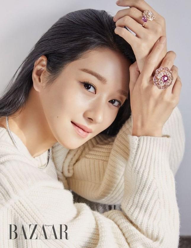 """Seo Ye Ji khiến fan lo lắng vì thân hình """"da bọc xương"""" trên Harper's BAZAAR Hàn ảnh 4"""