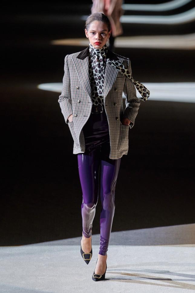 Mặc quần tất lưới cho Rosé trên ELLE Mỹ, stylist của BLACKPINK bị chê thiếu tinh tế ảnh 4