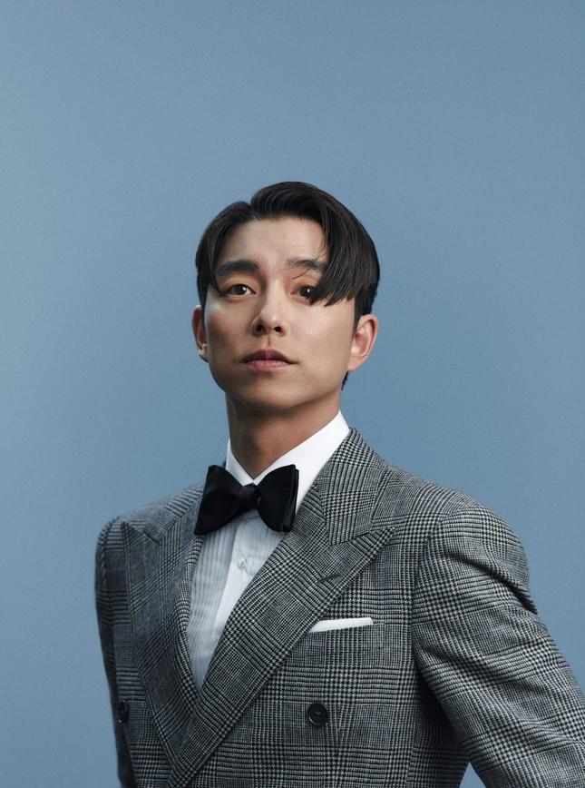 """Diện suit lịch lãm mà """"ông chú cực phẩm"""" Gong Yoo lại khiến fan liên tưởng đến danh hài ảnh 4"""