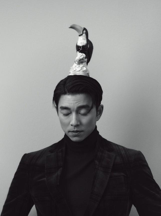 """Diện suit lịch lãm mà """"ông chú cực phẩm"""" Gong Yoo lại khiến fan liên tưởng đến danh hài ảnh 2"""