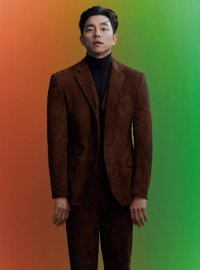 """Diện suit lịch lãm mà """"ông chú cực phẩm"""" Gong Yoo lại khiến fan liên tưởng đến danh hài ảnh 6"""