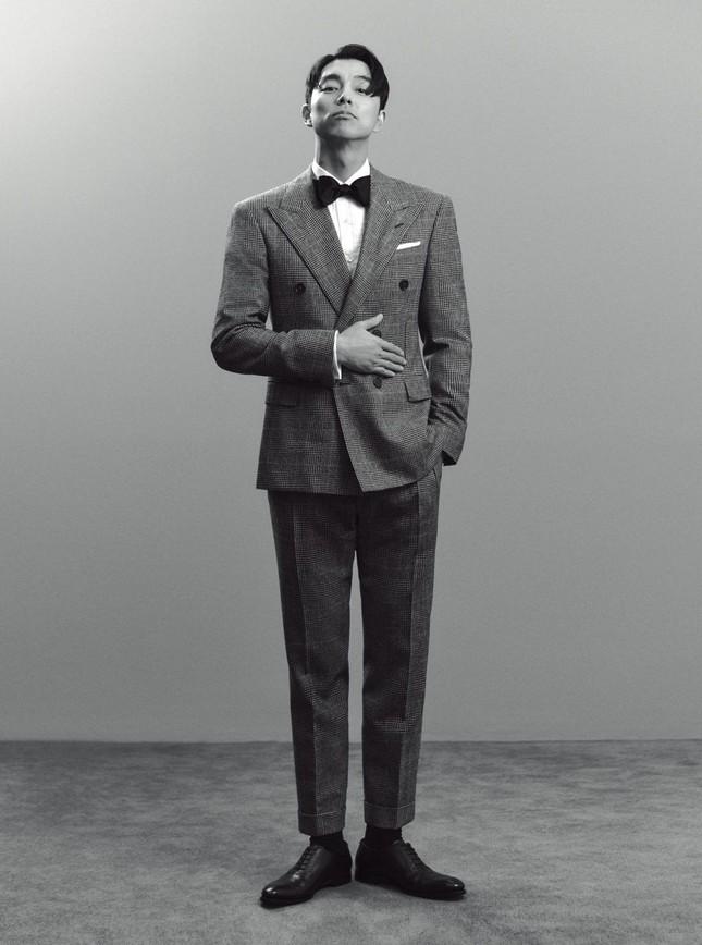 """Diện suit lịch lãm mà """"ông chú cực phẩm"""" Gong Yoo lại khiến fan liên tưởng đến danh hài ảnh 5"""