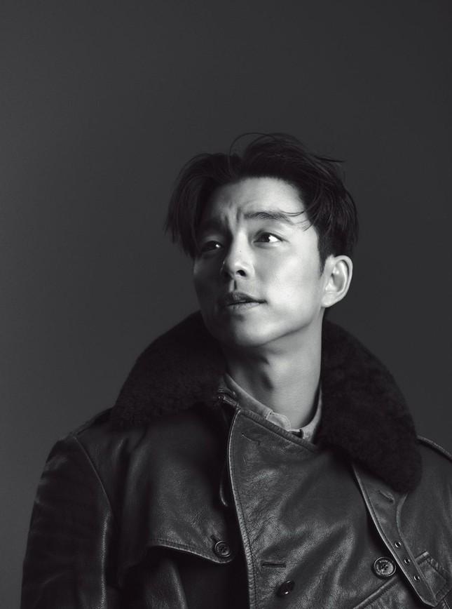 """Diện suit lịch lãm mà """"ông chú cực phẩm"""" Gong Yoo lại khiến fan liên tưởng đến danh hài ảnh 8"""