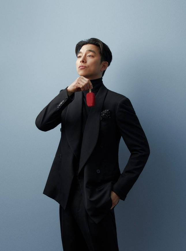 """Diện suit lịch lãm mà """"ông chú cực phẩm"""" Gong Yoo lại khiến fan liên tưởng đến danh hài ảnh 3"""