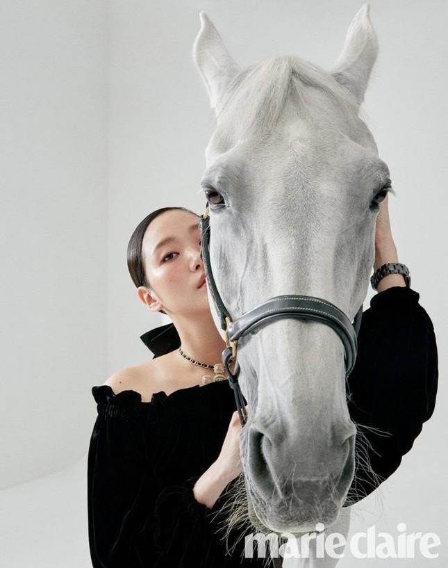 Ngắm trọn bộ hình ấn tượng của Kim Go Eun cùng chú ngựa Maximus (Quân Vương Bất Diệt) ảnh 10