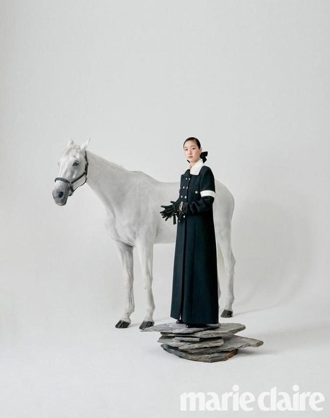 Ngắm trọn bộ hình ấn tượng của Kim Go Eun cùng chú ngựa Maximus (Quân Vương Bất Diệt) ảnh 11