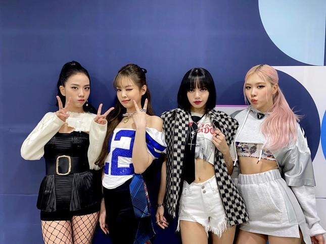 """Stylist BLACKPINK bị chê cẩu thả vì cho Jisoo mặc phần áo quá """"tả tơi"""" lên sân khấu ảnh 1"""