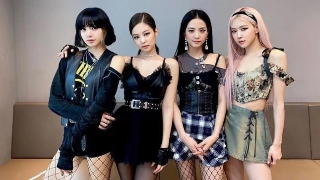 """Stylist BLACKPINK bị chê cẩu thả vì cho Jisoo mặc phần áo quá """"tả tơi"""" lên sân khấu ảnh 4"""