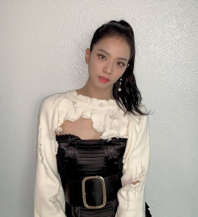 """Stylist BLACKPINK bị chê cẩu thả vì cho Jisoo mặc phần áo quá """"tả tơi"""" lên sân khấu ảnh 3"""