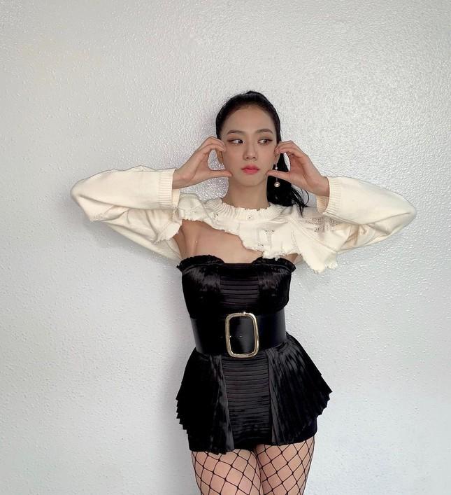 """Stylist BLACKPINK bị chê cẩu thả vì cho Jisoo mặc phần áo quá """"tả tơi"""" lên sân khấu ảnh 2"""