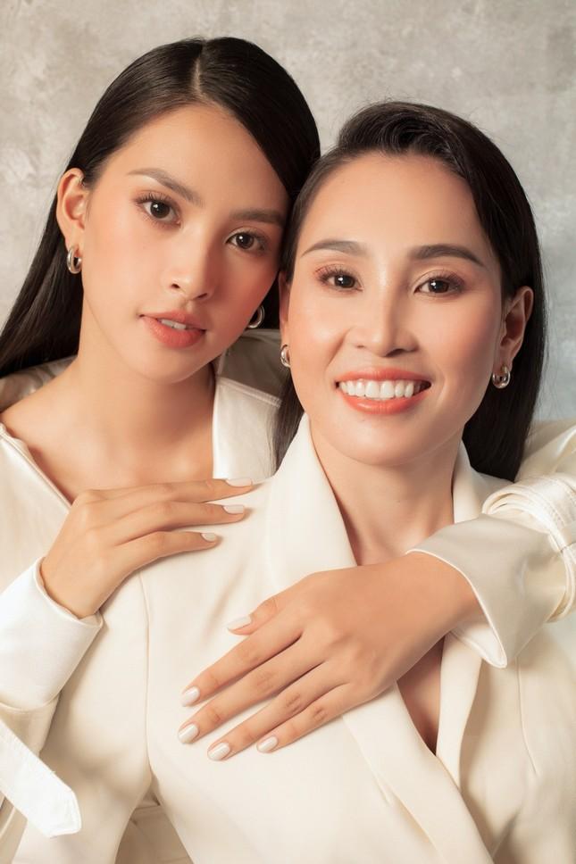 Bộ ảnh chứng minh nhan sắc đỉnh cao của Hoa hậu Tiểu Vy là được thừa hưởng từ mẹ ảnh 4
