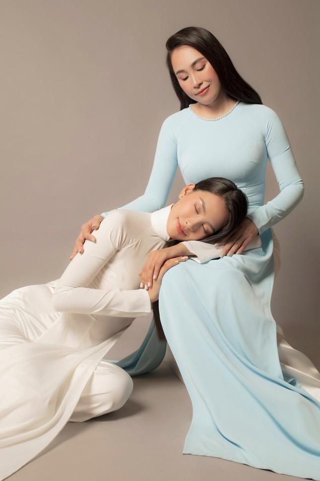 Bộ ảnh chứng minh nhan sắc đỉnh cao của Hoa hậu Tiểu Vy là được thừa hưởng từ mẹ ảnh 1