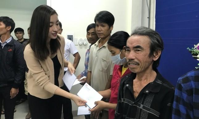 Dàn Hoa hậu Mỹ Linh, Tiểu Vy, Thùy Linh trao tặng 200 triệu cho đồng bào miền Trung ảnh 1