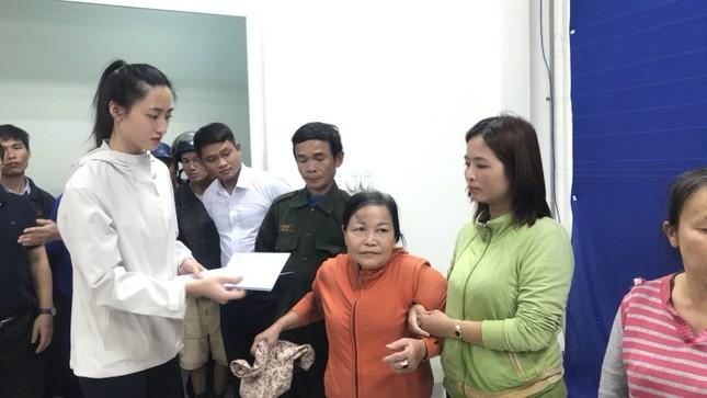 Dàn Hoa hậu Mỹ Linh, Tiểu Vy, Thùy Linh trao tặng 200 triệu cho đồng bào miền Trung ảnh 2