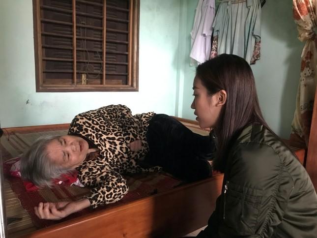 Hoa hậu Tiểu Vy, Mỹ Linh thăm hỏi và trao tiền ủng hộ tận tay đồng bào miền Trung ảnh 6