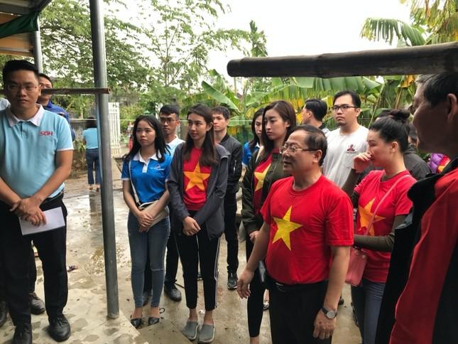 Hoa hậu Tiểu Vy, Mỹ Linh thăm hỏi và trao tiền ủng hộ tận tay đồng bào miền Trung ảnh 1
