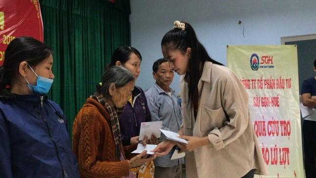 Hoa hậu Tiểu Vy, Mỹ Linh thăm hỏi và trao tiền ủng hộ tận tay đồng bào miền Trung ảnh 4