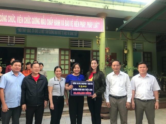 Hoa hậu Tiểu Vy, Mỹ Linh thăm hỏi và trao tiền ủng hộ tận tay đồng bào miền Trung ảnh 7