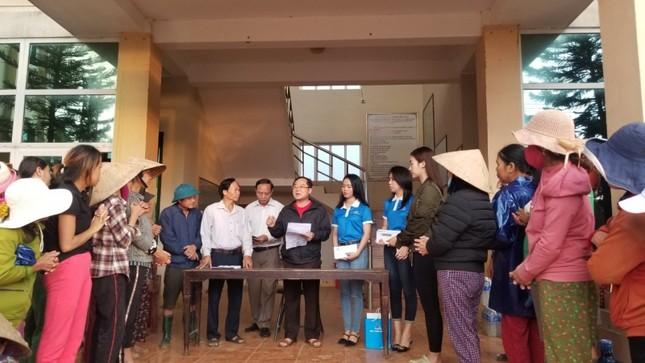 Hoa hậu Tiểu Vy, Mỹ Linh thăm hỏi và trao tiền ủng hộ tận tay đồng bào miền Trung ảnh 3