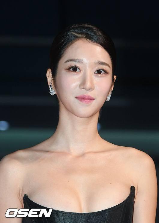 Gây sốc vì diện váy siêu gợi cảm trên thảm đỏ nhưng Seo Ye Ji lại bị chê trang điểm lỗi ảnh 6