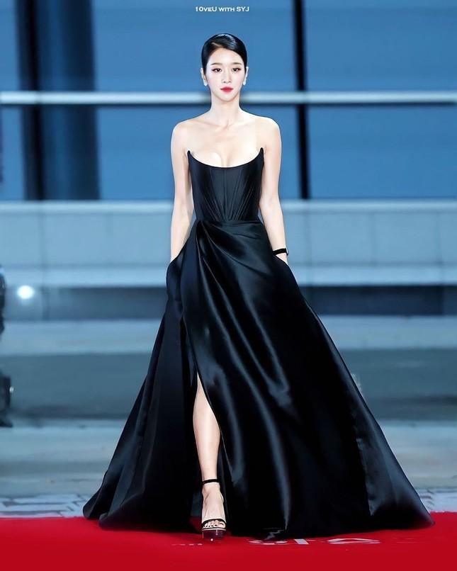 Gây sốc vì diện váy siêu gợi cảm trên thảm đỏ nhưng Seo Ye Ji lại bị chê trang điểm lỗi ảnh 8