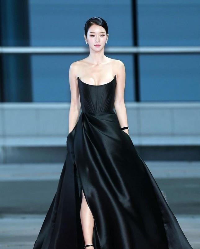Gây sốc vì diện váy siêu gợi cảm trên thảm đỏ nhưng Seo Ye Ji lại bị chê trang điểm lỗi ảnh 1
