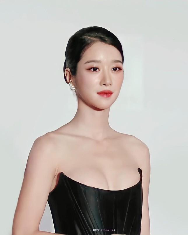 Gây sốc vì diện váy siêu gợi cảm trên thảm đỏ nhưng Seo Ye Ji lại bị chê trang điểm lỗi ảnh 9