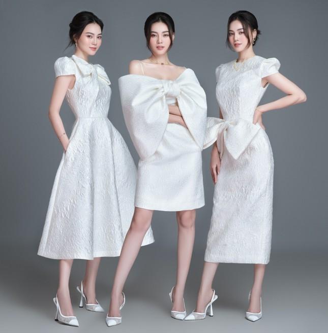 Với 2 tông màu trắng hồng, Lan Ngọc xinh đẹp dịu dàng trong các thiết kế kiểu dáng mới lạ ảnh 2