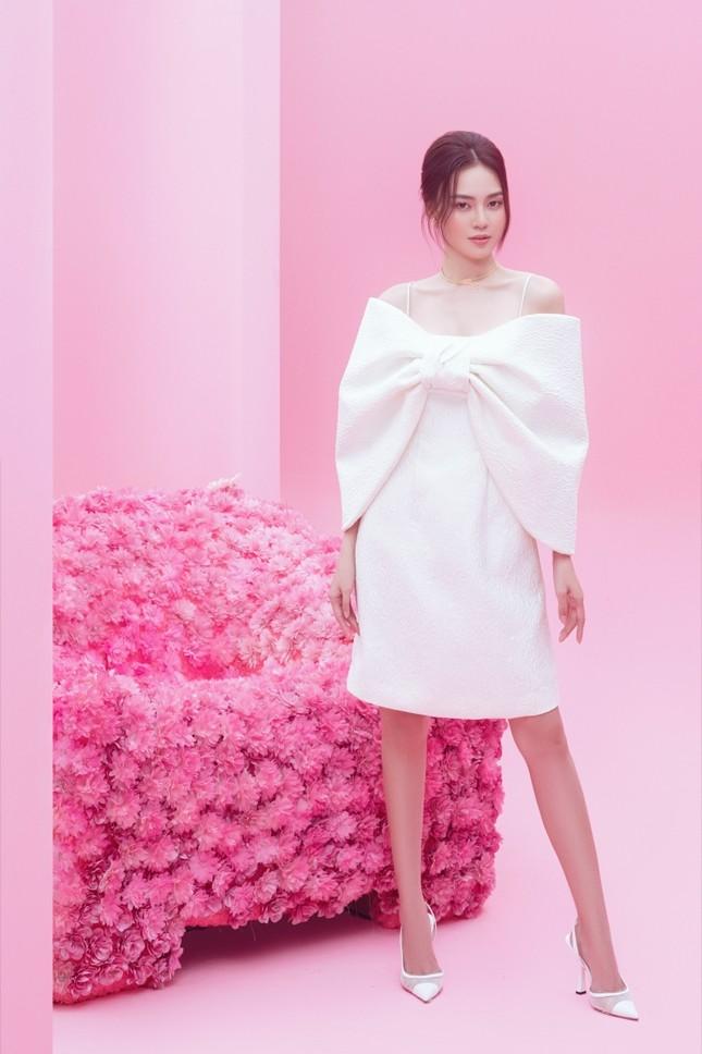 Với 2 tông màu trắng hồng, Lan Ngọc xinh đẹp dịu dàng trong các thiết kế kiểu dáng mới lạ ảnh 4
