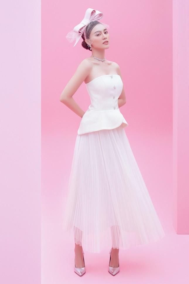 Với 2 tông màu trắng hồng, Lan Ngọc xinh đẹp dịu dàng trong các thiết kế kiểu dáng mới lạ ảnh 3