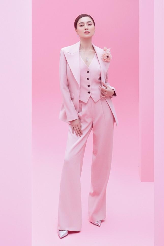 Với 2 tông màu trắng hồng, Lan Ngọc xinh đẹp dịu dàng trong các thiết kế kiểu dáng mới lạ ảnh 5