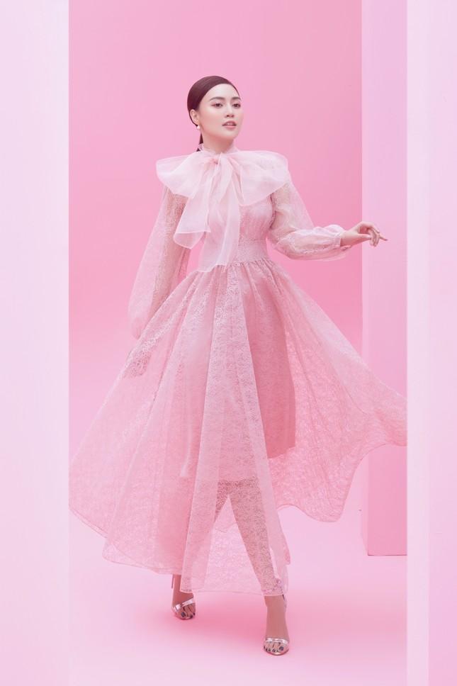 Với 2 tông màu trắng hồng, Lan Ngọc xinh đẹp dịu dàng trong các thiết kế kiểu dáng mới lạ ảnh 6