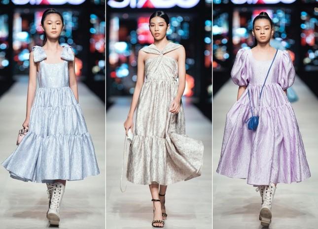 Mãn nhãn với dàn Hoa hậu và người mẫu hội tụ trong show diễn thời trang siêu hoành tráng ảnh 9