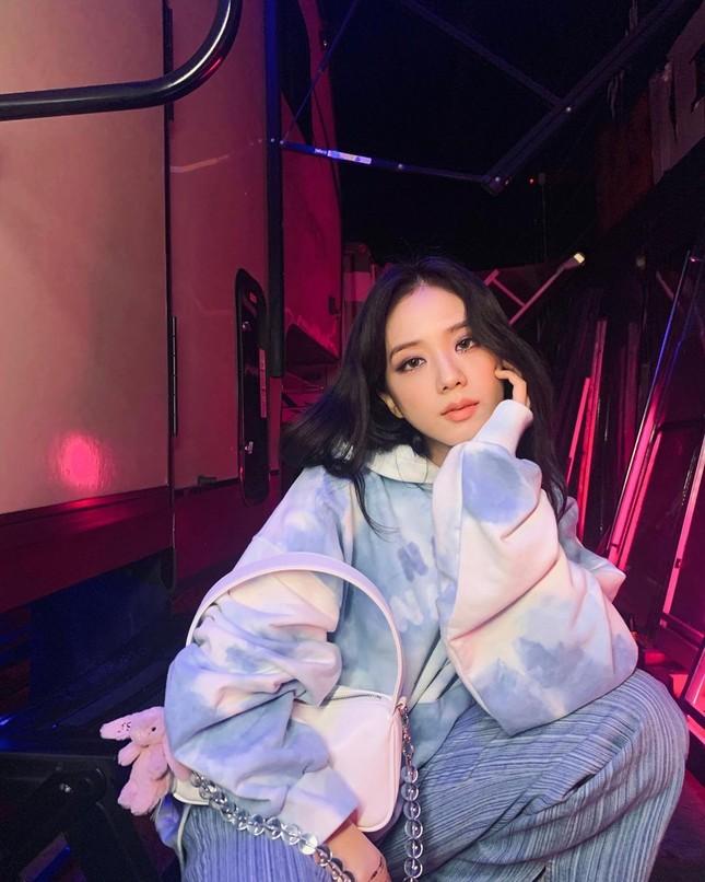 """Đụng hàng chiếc áo hoodie, Jisoo (BLACKPINK) mix đồ """"cao tay"""" hơn hẳn Yeri (Red Velvet) ảnh 2"""