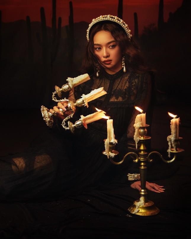 """Kaity Nguyễn hóa """"Quý Cô Trăng Máu"""" huyền bí, đầy ma mị trong bộ ảnh Halloween ảnh 3"""