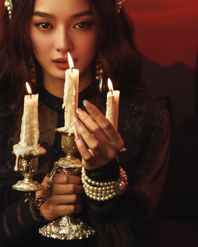 """Kaity Nguyễn hóa """"Quý Cô Trăng Máu"""" huyền bí, đầy ma mị trong bộ ảnh Halloween ảnh 1"""