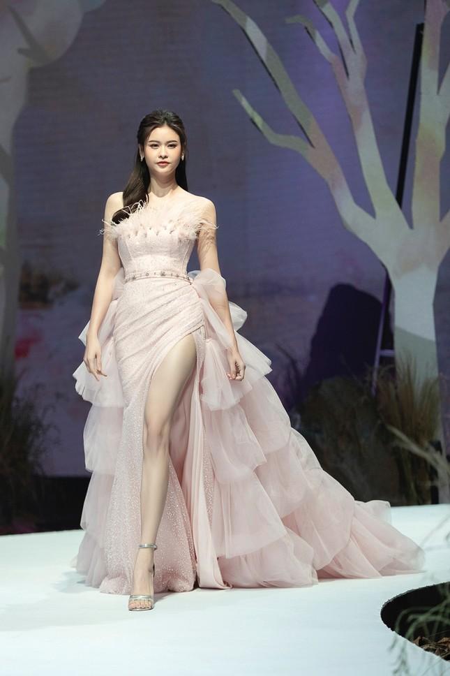 Trương Quỳnh Anh diện đầm hồng công chúa ngọt ngào, làm vedette trong show thời trang ảnh 3