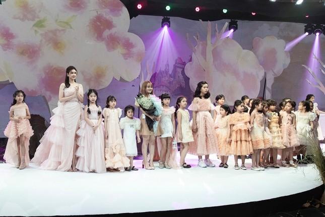 Trương Quỳnh Anh diện đầm hồng công chúa ngọt ngào, làm vedette trong show thời trang ảnh 1