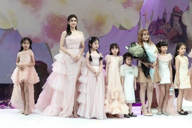 Trương Quỳnh Anh diện đầm hồng công chúa ngọt ngào, làm vedette trong show thời trang ảnh 8