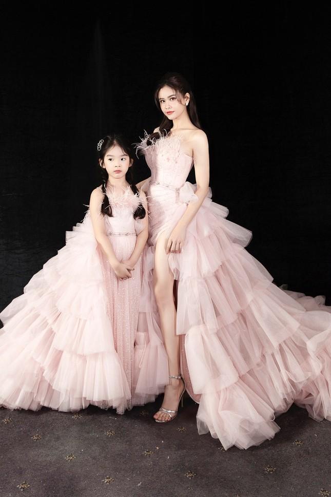 Trương Quỳnh Anh diện đầm hồng công chúa ngọt ngào, làm vedette trong show thời trang ảnh 4