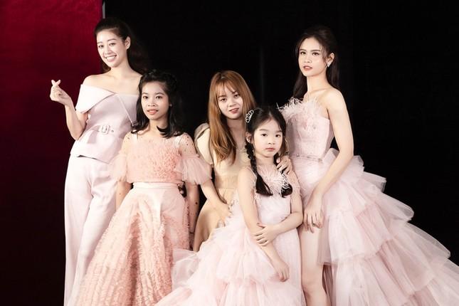 Trương Quỳnh Anh diện đầm hồng công chúa ngọt ngào, làm vedette trong show thời trang ảnh 7