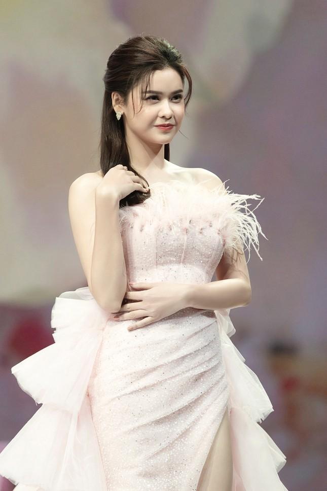 Trương Quỳnh Anh diện đầm hồng công chúa ngọt ngào, làm vedette trong show thời trang ảnh 2