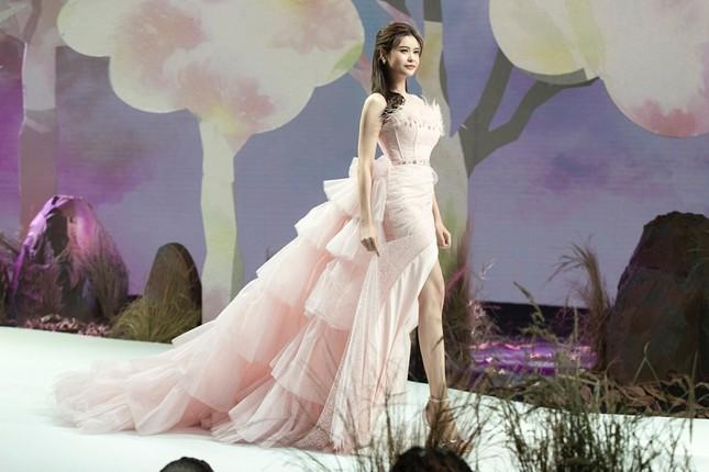 Trương Quỳnh Anh diện đầm hồng công chúa ngọt ngào, làm vedette trong show thời trang ảnh 6